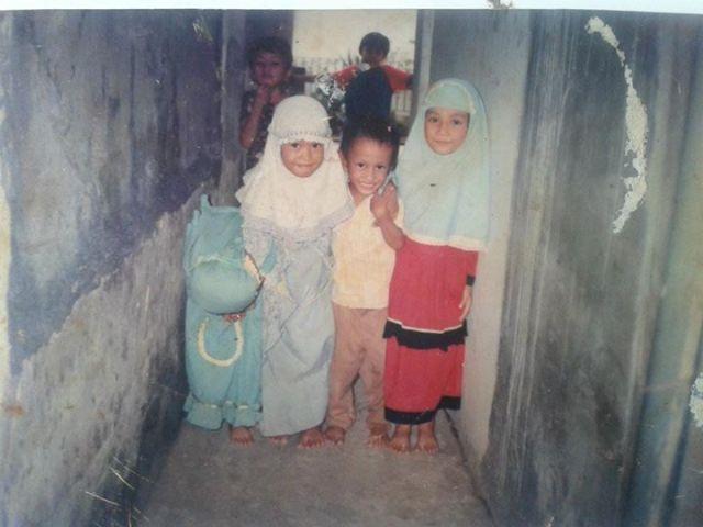 Foto saya (depan, kedua dari kanan) dengan sepupu, kakak, teman kakak, dan tetangga sebelah di gang depan pintu rumah.